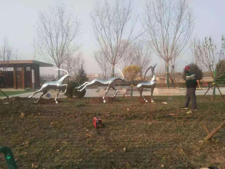 麻店镇新苑公园不锈钢抽象鹿景观动物摆件安装效果